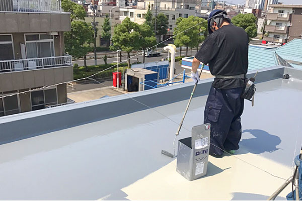 古い防水層を撤去せずにウレタン防水を重ねる