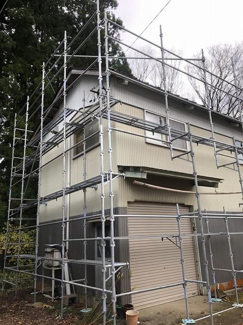 白山市河内町の納屋で屋根塗装工事がスタートしました!!
