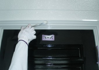 ドアの外周りを塗替える様子